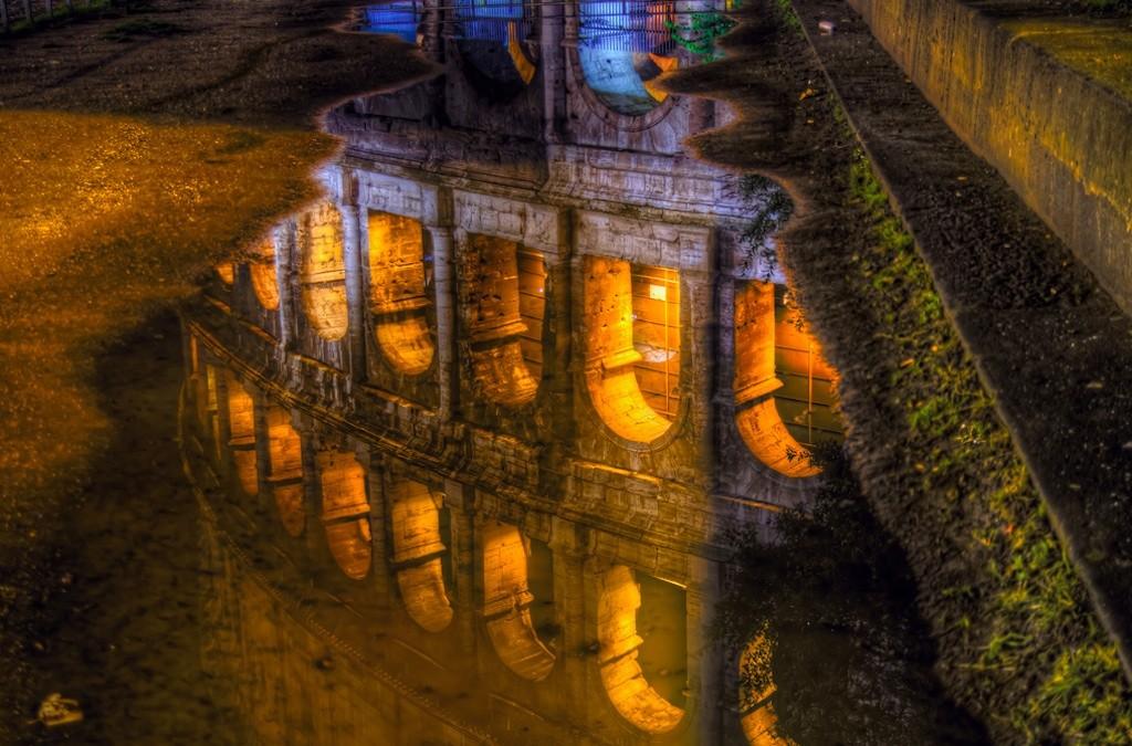 Колизей отражение в воде