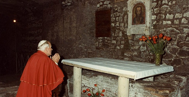 Иоанн Павел II молится на могиле Святого Кирилла
